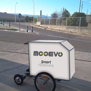 Ver carro reparto mensajeria con patinete electrico hoverboard